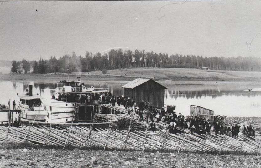 Laivaliikenne ulottui 1900-luvun alussa myös Saimaan vesistön latvoille Kiuruvedelle, jonne kulkeneiden laivojen syväyksen oli oltava erityisen pieni. (Kuva: Kiuruveden kotiseutuyhdistys)