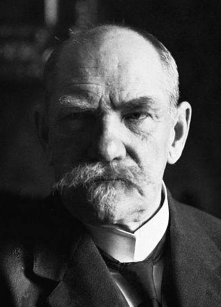 P. E. Svinhufvud  johti itsenäisyyssenaattia 1917, toimi valtionhoitajana 1918 ja tasavallan presidenttinä 1931–1937. (Suomen tasavallan presidentit, 1950)