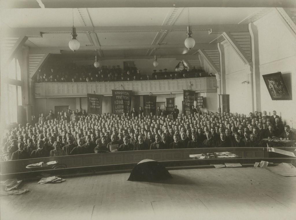 Sosiaalidemokraattisen puolueen koolle kutsuma ensimmäinen torpparikokous pidettiin Tampereella huhtikuussa. Puolue sai torppareista runsaasti äänestäjiä. Vuoden 1918 vallankumousyritykselle antoi tukensa vain osa torppareista. (Työväen Arkisto)