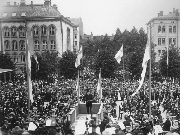 Jean Sibelius johti orkesteria Suomen messujen avajaisissa 27.6.1920. (Helsingin kaupunginmuseo)