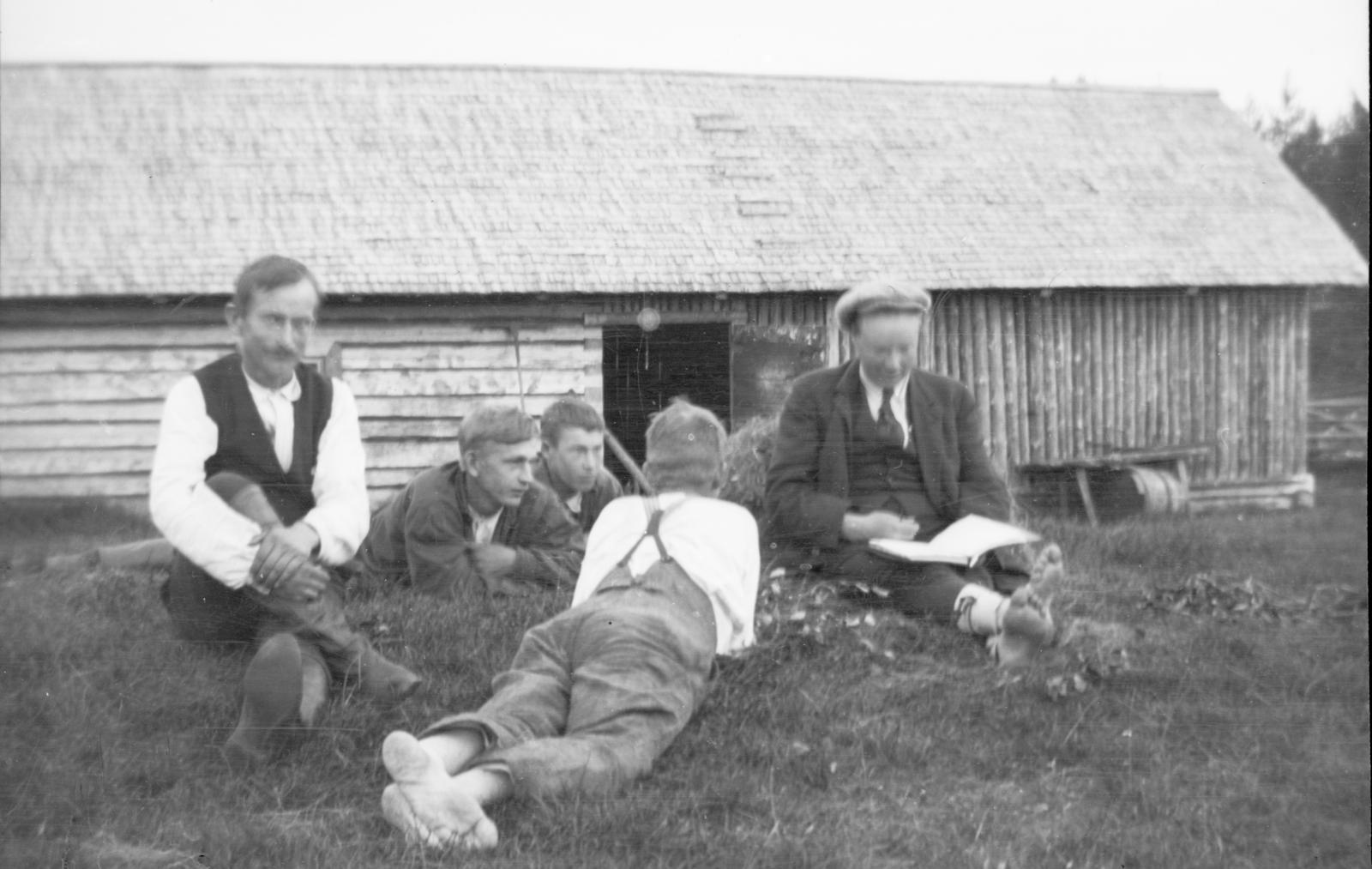 Myös A. Ahlström Oy:n maista muodostettiin runsaasti pientiloja muuan muassa Savossa ja Kainuussa. Metsäteknikko Ivar Ekström julistaa lohkotilojen pinta-alat, hinnat ja maksuajat metsäkansalle Sotkamossa vuonna.1925. (Ivar Aleksandet Ekström / Varkauden museot)