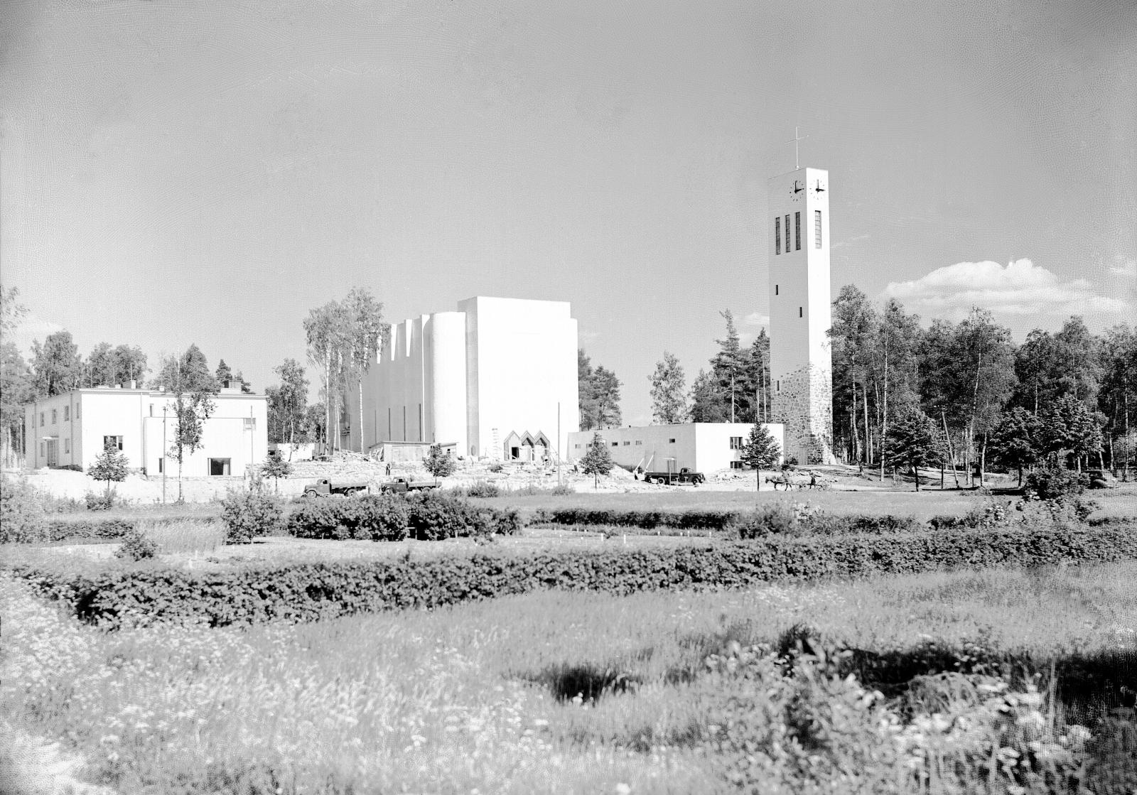 Kustaa Sarsan kirkkoherrakaudella Varkaus sai uuden kirkon. Funkistyylisen kirkon vihkiäisjuhlaa vietettiin 5.11.1939. Matti Paalasen suunnittelema kirkko oli ääriään myöten täynnä, kuten myös seurakuntasali, jonne juhla välitettiin kovaäänisillä. (Ivar Aleksander Ekström / Varkauden museo)