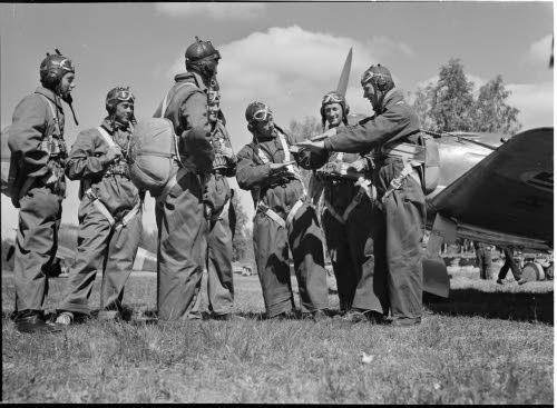 Suomalaislentäjiä Joroisten lentokentällä 29.6.1941. (SA-Kuva)