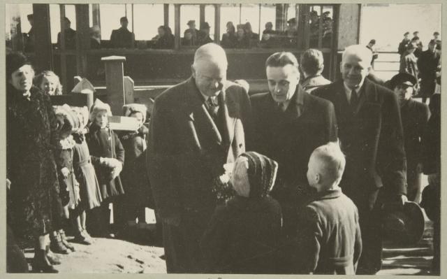 Herbert Hooverin toimi Suomen elintarviketilanteen helpottamiseksi myös toisen maailmansodan jälkeen. Yhdysvaltain entinen presidentti Herbert Hoover tapasi toukolalaislapsia vieraillessaan Helsingissä maaliskuussa 1946. Hoover kävi Suomessa myös 1938, jolloin hänet vihittiin Helsingin yliopiston kunniatohtoriksi. Hän johti talvisodan aikana Yhdysvalloissa Suomen hyväksi suoritettua varainkeruuta. (Museovirasto)