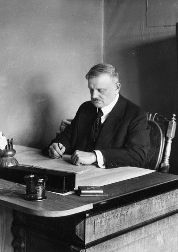Jean Sibelius kirjoituspöytänsä ääressä Ainolassa 1915. (Eric Sundström / Helsingin kaupunginmuseo)