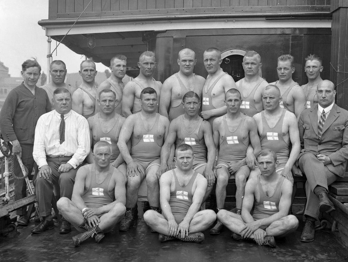 Suomen painijat yhteiskuvassa matkalla Oihonna-laivalla Amsterdamin olympialaisiin. (Suomen Urheilumuseo)