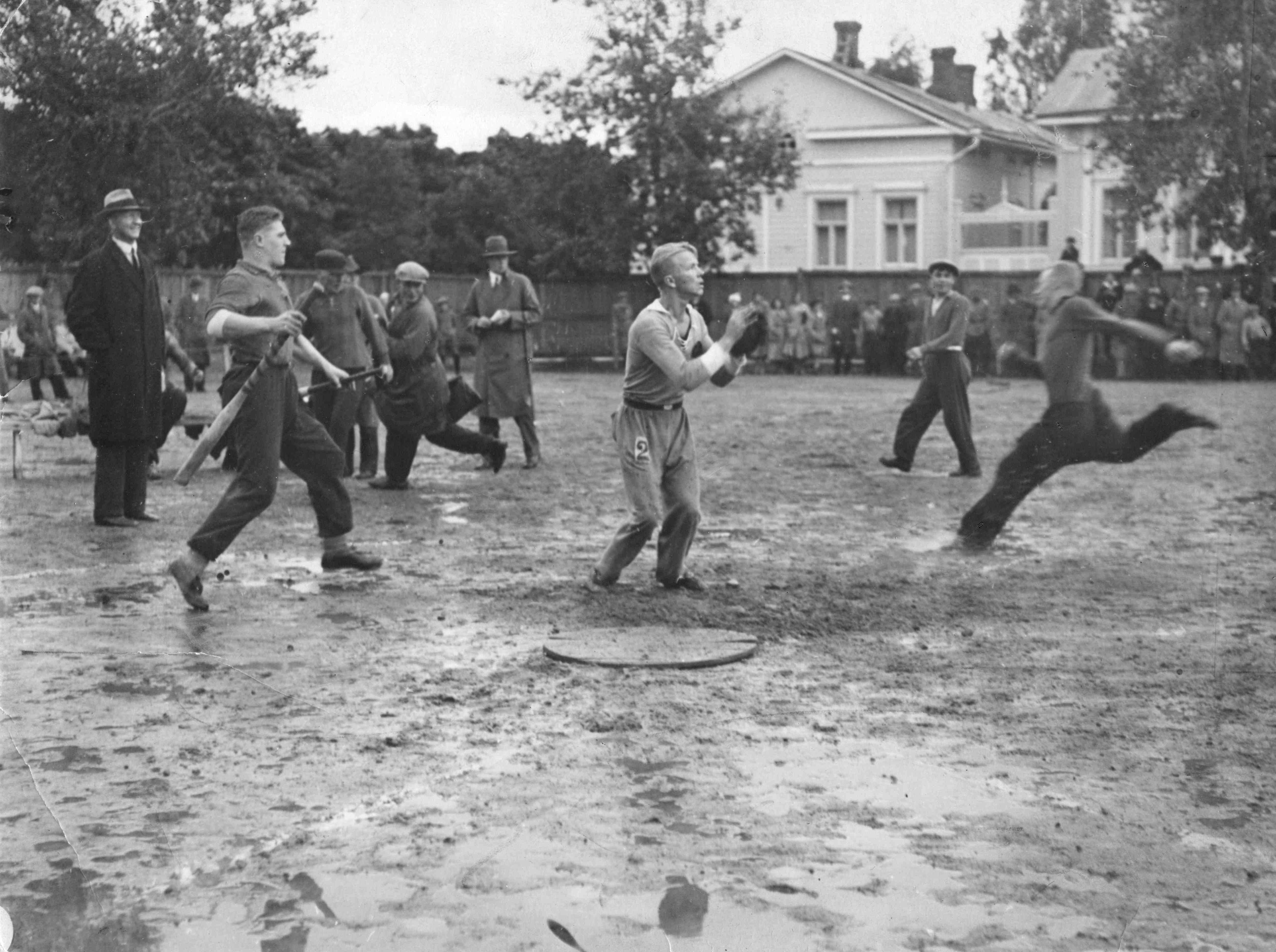 Pesäpallosta tuli 1930-luvun alkuun mennessä suosittu peli suomenkielisessä Suomessa. Heikot kenttäolot eivät estäneet pelaamista. Kuvan ottelu käytiin Viipurissa. (Suomen Urheilumuseo)
