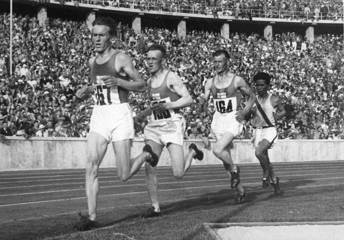 Volmari Iso-Hollo, Arvo Askola, Ilmari Salminen ja Kohei Murakoso 10 000 m:llä Berliinin olympialaisissa 1936. (Suomen Urheilumuseo)