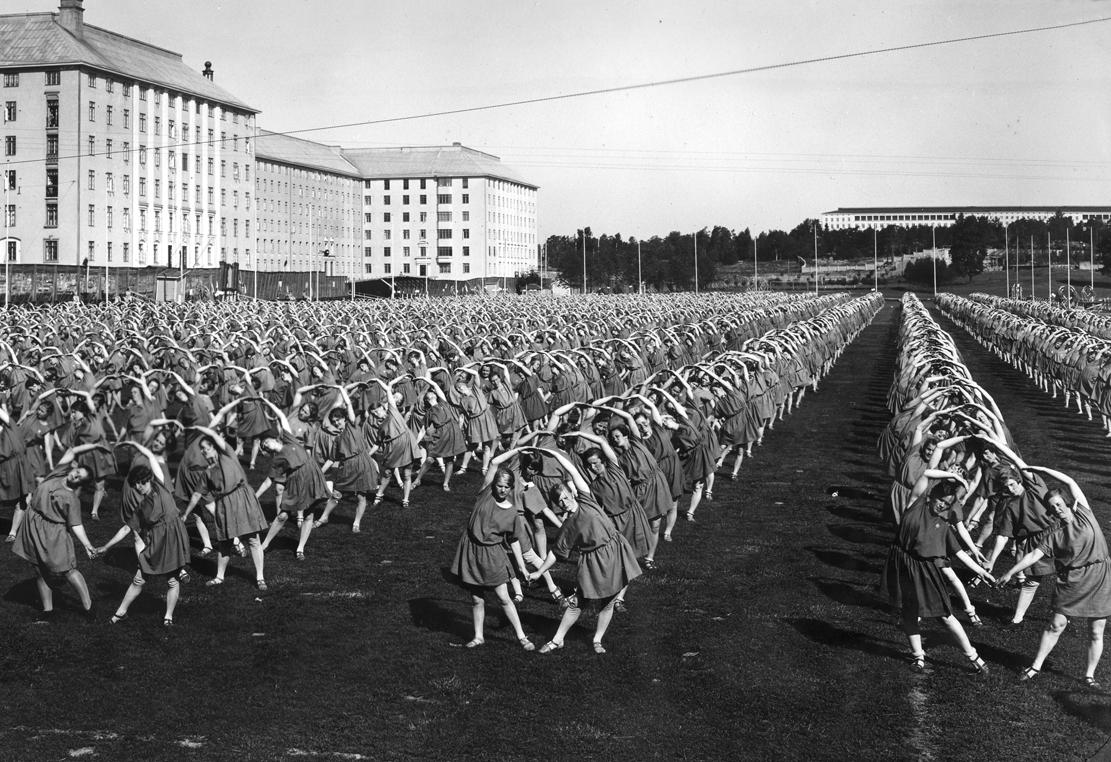 Naisvoimistelijoiden yhteisnäytös Pallokentällä Suomen Voimistelun Suurkisoissa 1938. (Suomen Urheilumuseo)