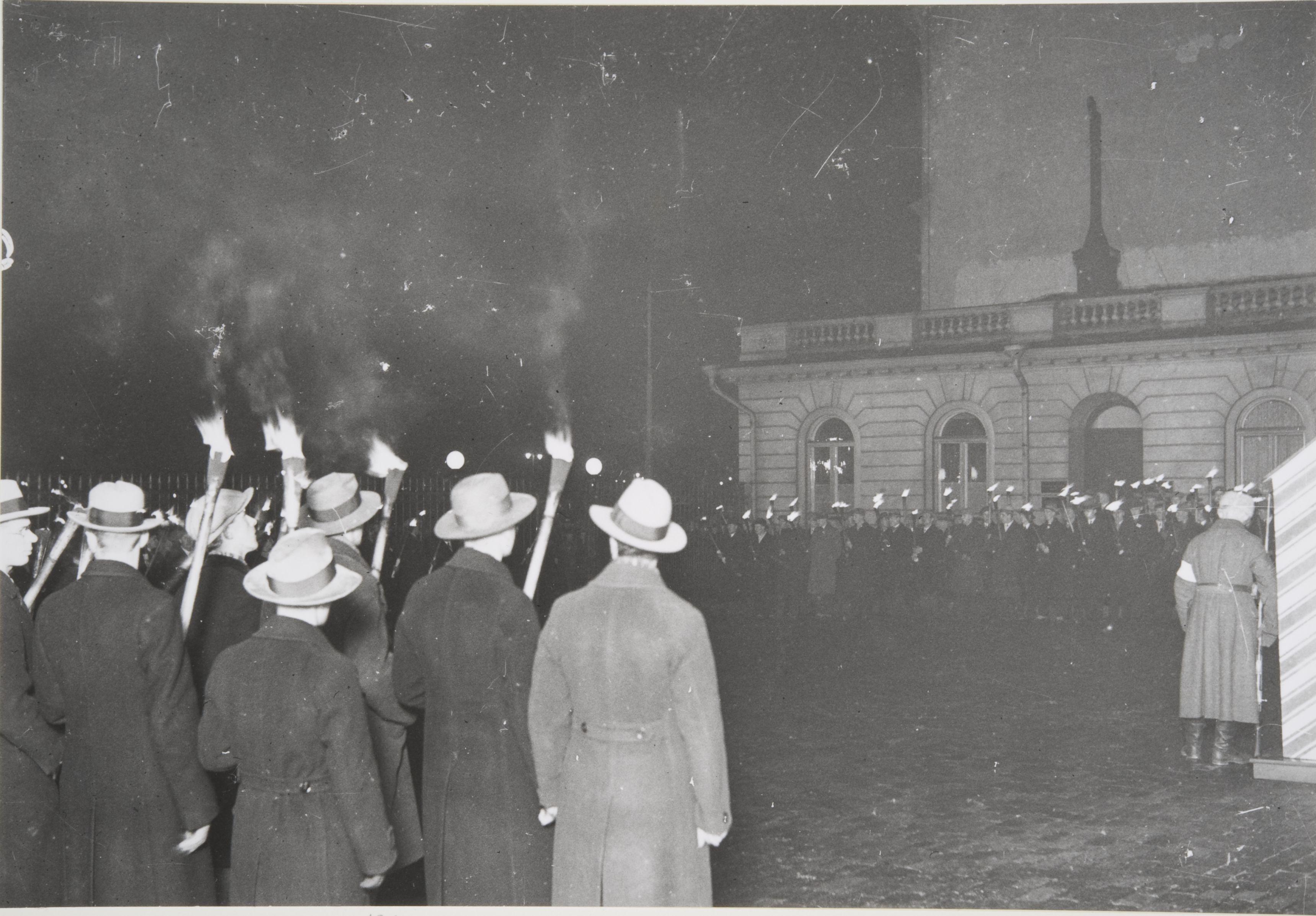 Akateemisen Karjala-Seuran soihtukulkue presidentinlinnan sisäpihalla 6.12.1932. (Pietinen / Museovirasto)