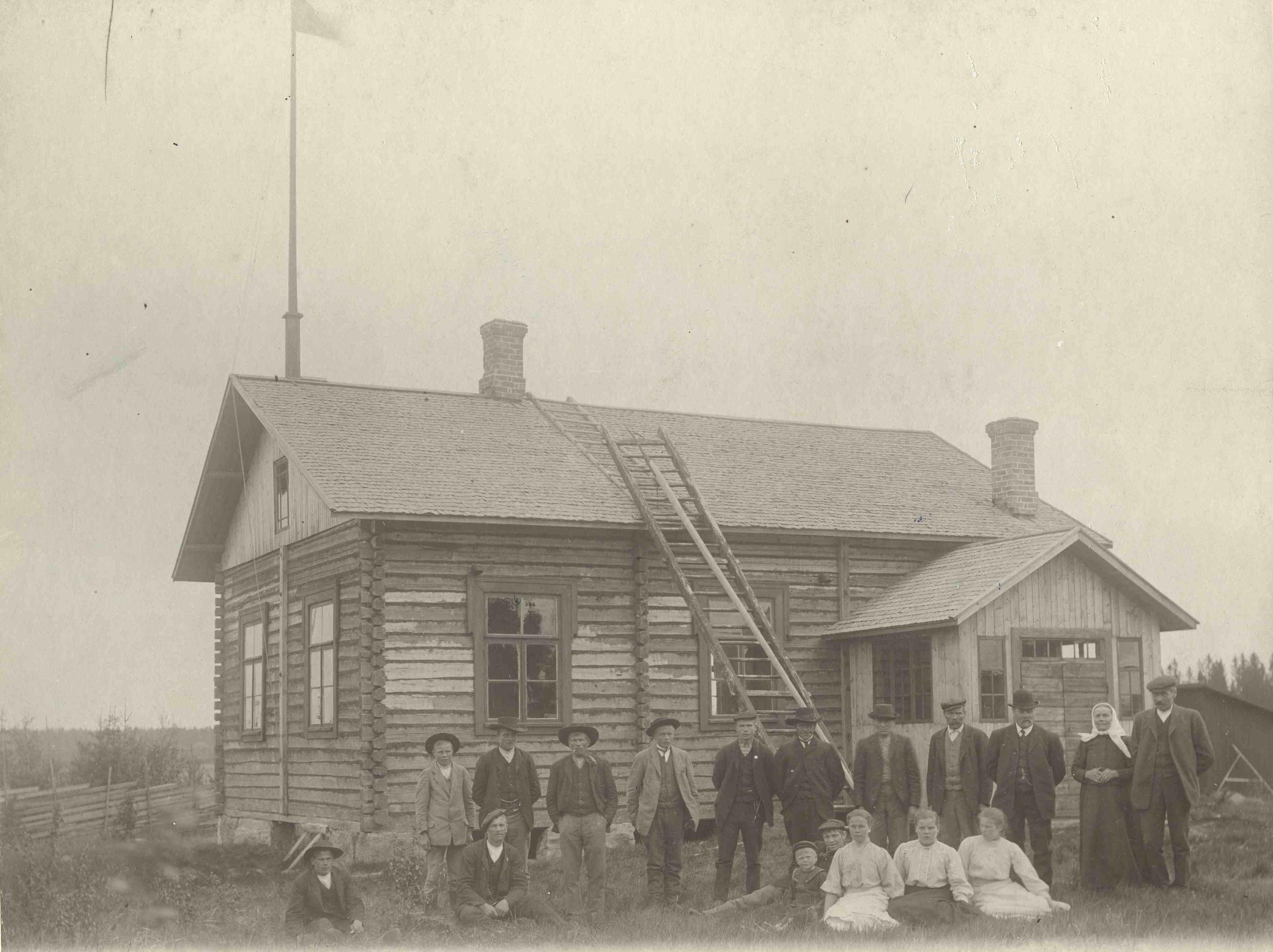 Huittisten Loimankylän työväenyhdistyksen jäseniä talonsa edustalla noin vuonna 1910. (Leppänen, Lauttakylä / Työväen Arkisto)