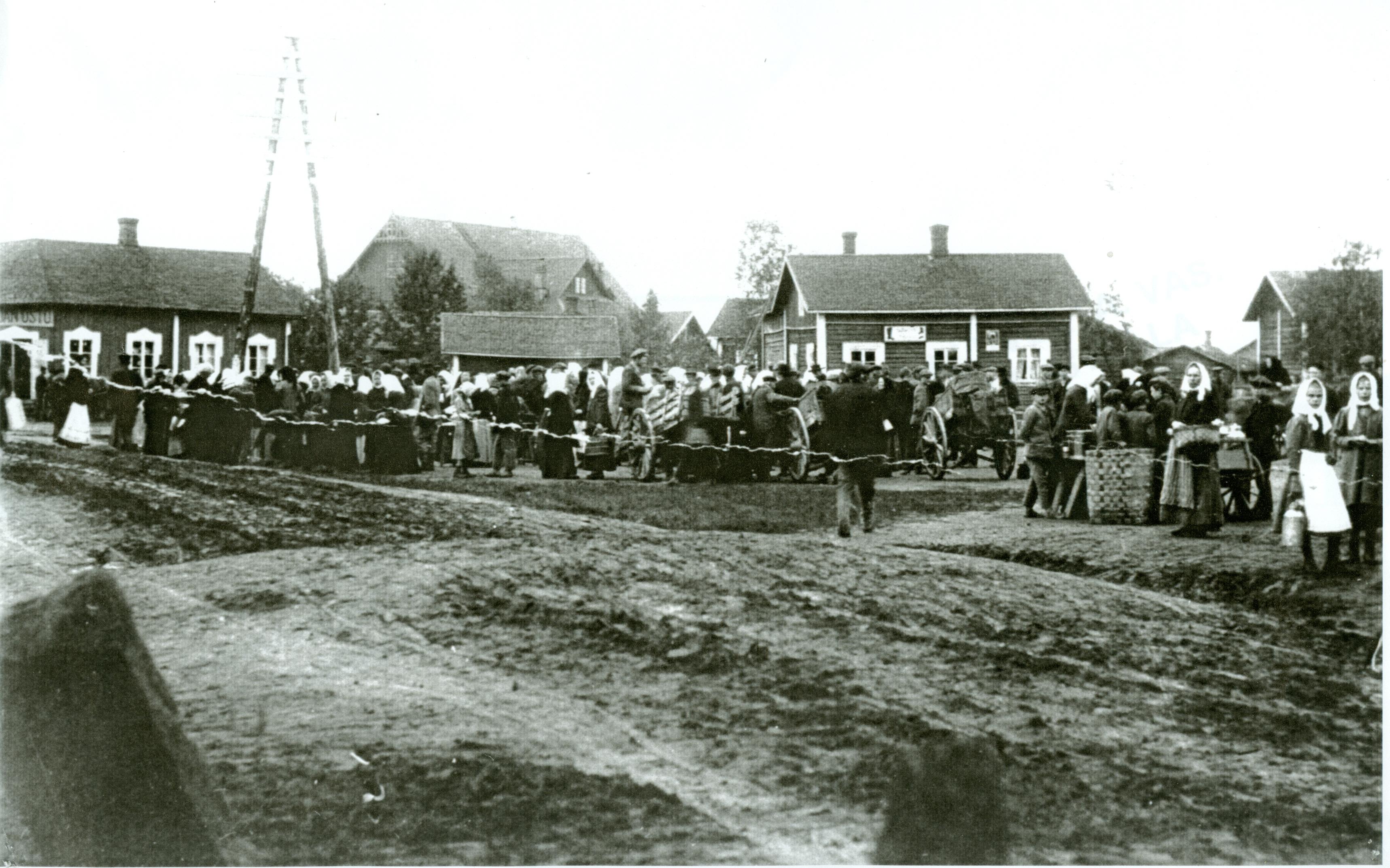 Lauttakylän tori oli tärkeä markkina- ja kokoontumispaikka 1900-luvun alussa. Torilla järjestettiin myös poliittisia mielenosoituksia. (Huittisten museo)