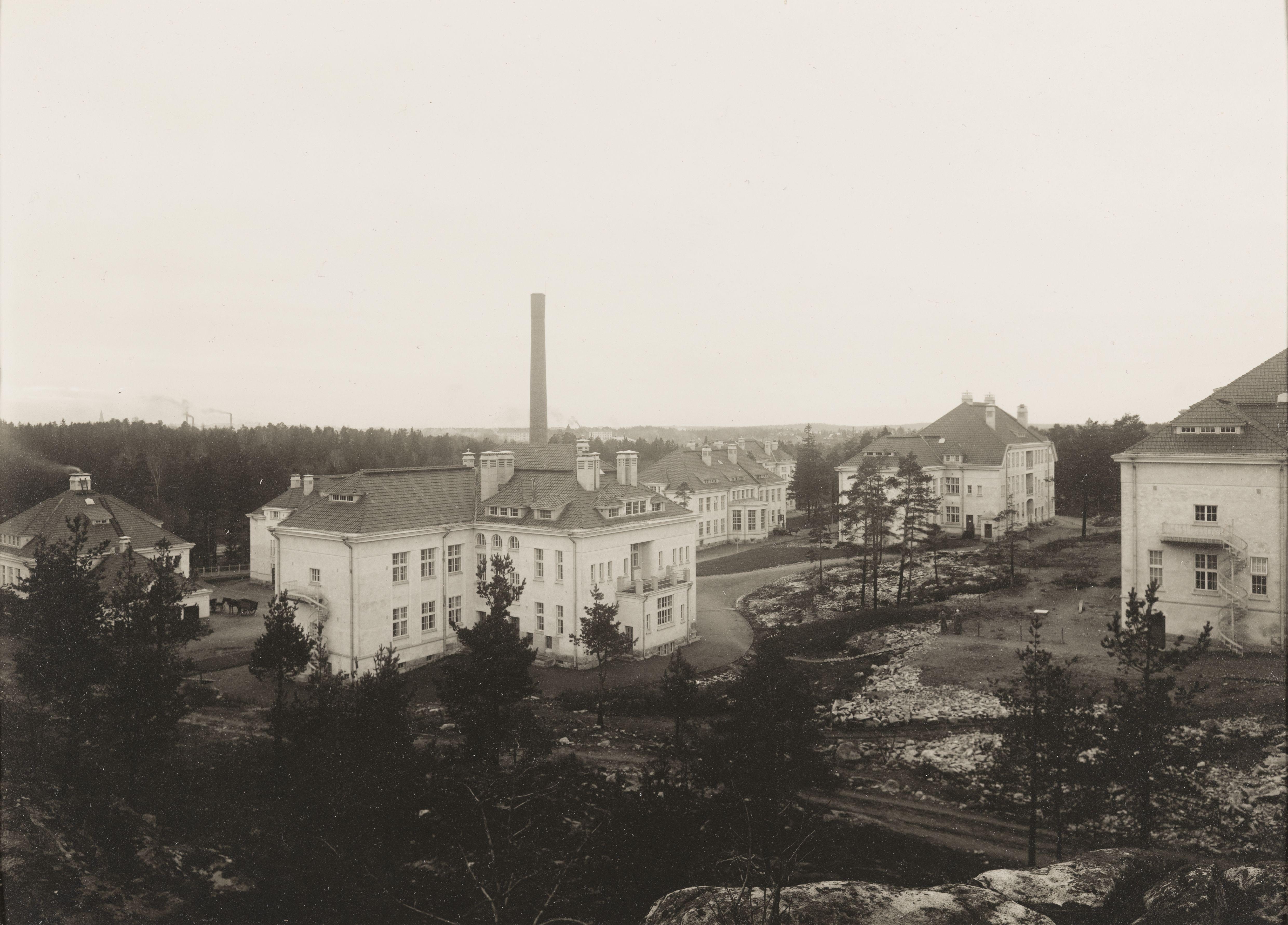 Auroran sairaala-alue, jolla Onni Talas piileskeli jonkin aikaa punaisten valtakaudella. Monet tunnetut valkoisen Suomen kannattajat hakeutuivat suojaan sairaaloihin kapinan alettua. (Museovirasto)