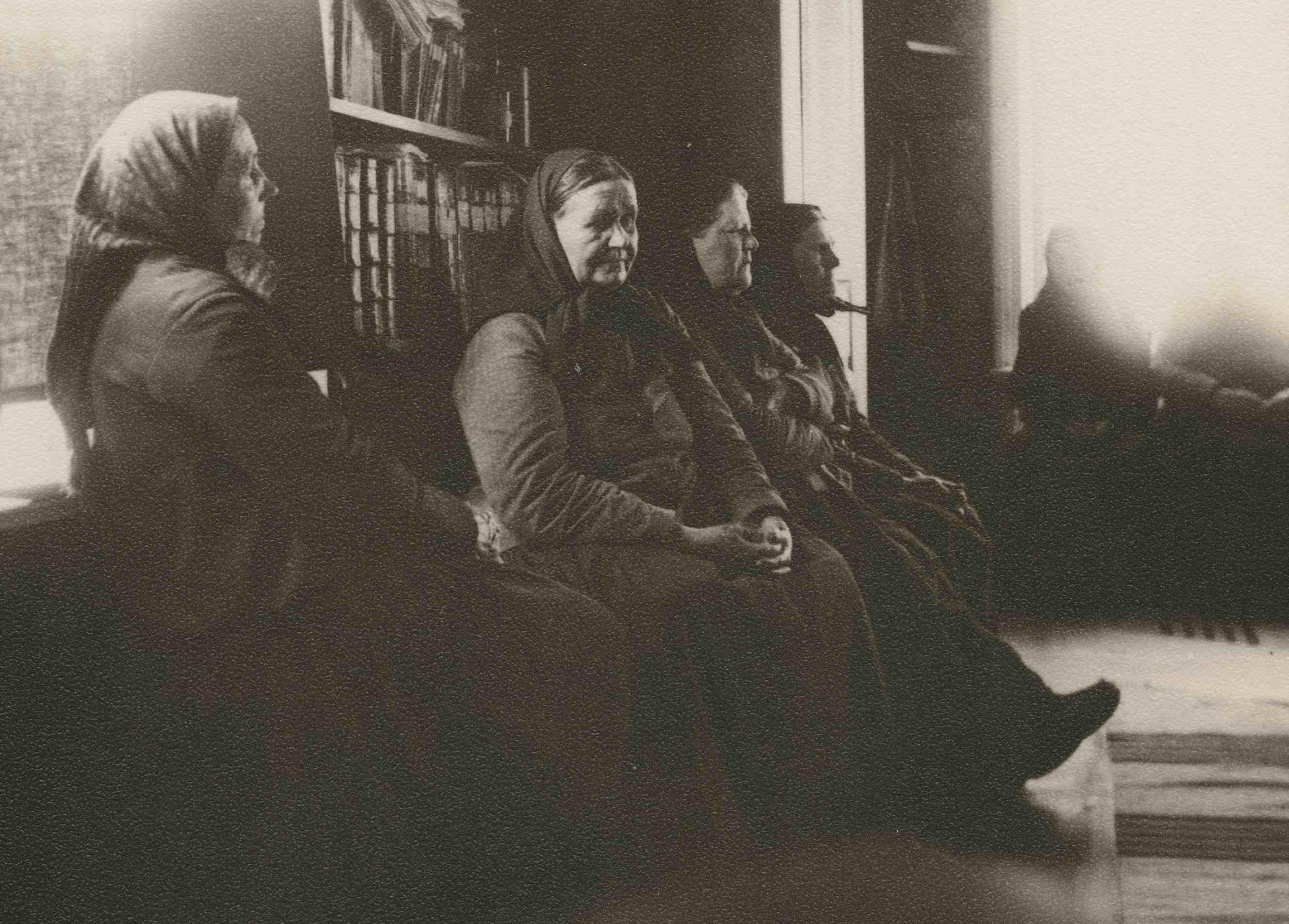 Herännäisiin kuuluneita naisia Iisalmen maaseurakunnan pappilassa 1800-luvun lopussa. Venny Soldan-Brofelt käytti valokuvaa maalatessaan Pariisin maailmannäyttelyssä 1900 esillä ollutta Heränneet-teostaan (1898). (Museovirasto)