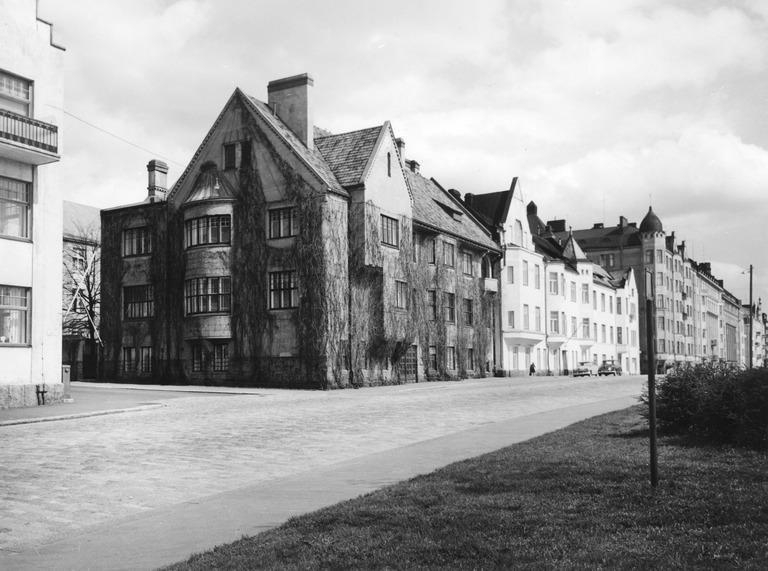 1961 . Huvilakatu 1 - Merikatu 15, 13, 11. Keskimmäinen talo, Merikatu 13, purettu 1965. Talon arkkitehti Jac. Ahrenberg. Rivin kaikki kolme taloa rakennettiin v. 1905 paikkeilla.