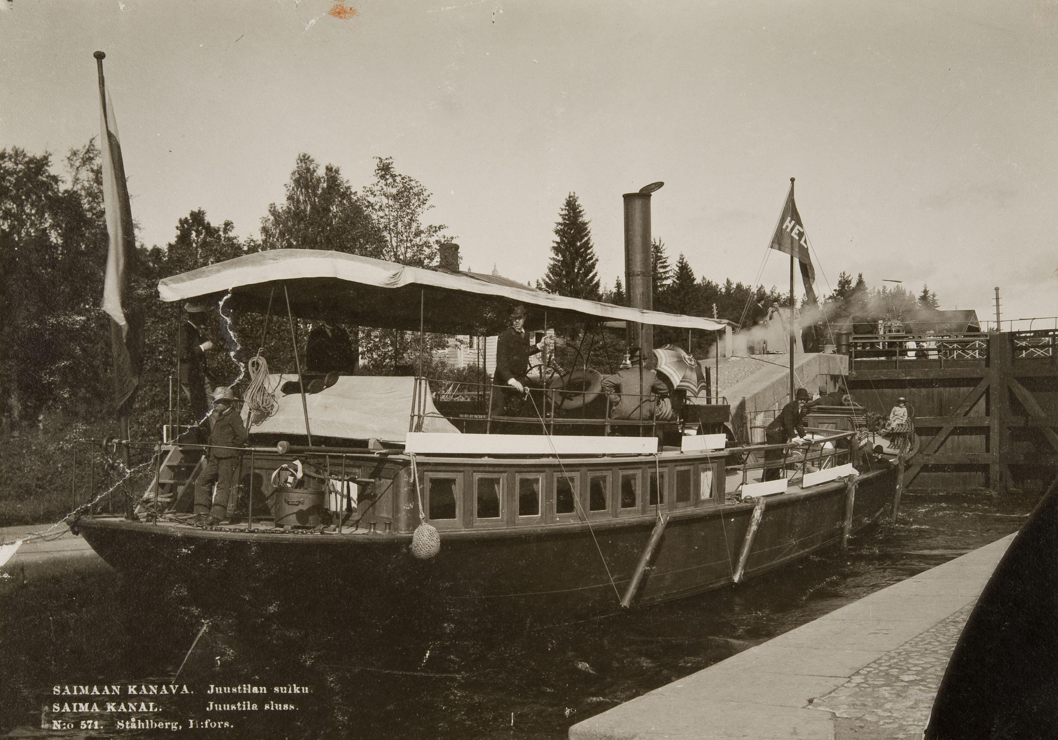 Juustilan sulku Viipurin maalaiskunnassa 1890-luvulla. Kuvan otti I. K. Inha ja sitä markkinoi postikorttina K. E. Ståhlbergin valokuvaamo. (Museovirasto)