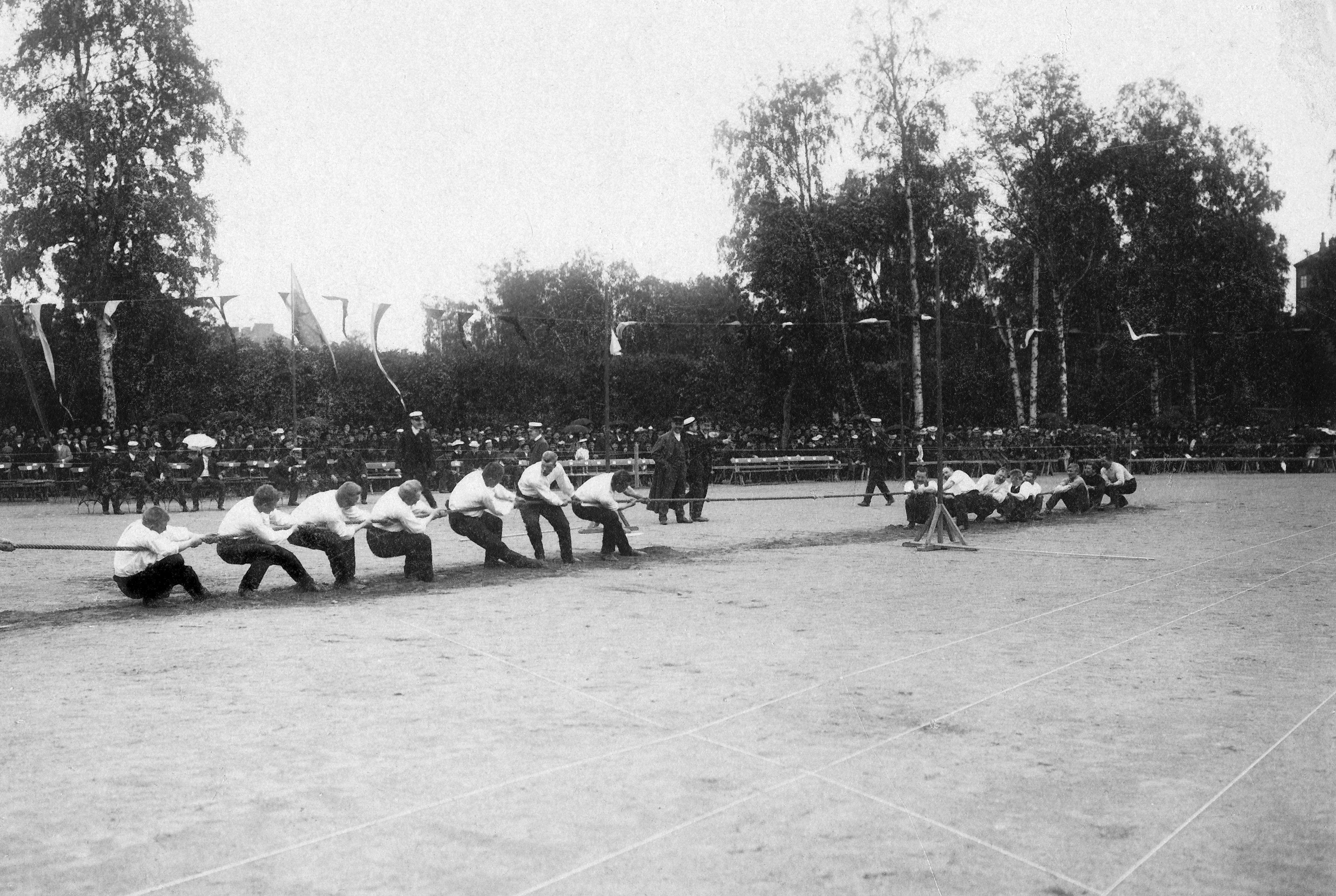 Köydenvetoa Lohjankylän urheilukentällä 1915. (Ilmari Sippolan kotiarkisto)
