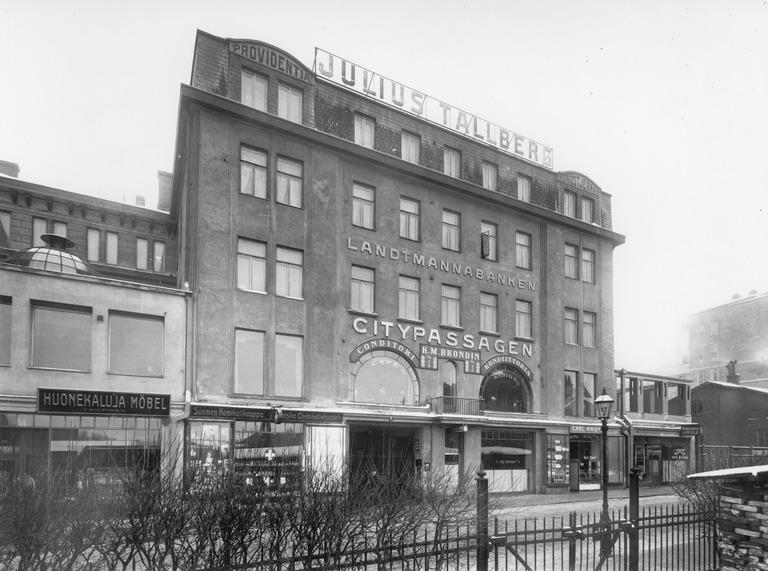Suomalainen Klubin huoneisto sijaitsi osoitteessa Kaivokatu 8 vuosina 1913–1922. Kuva on vuodelta 1927. (Eric Sundström / Helsingin kaupunginmuseo)