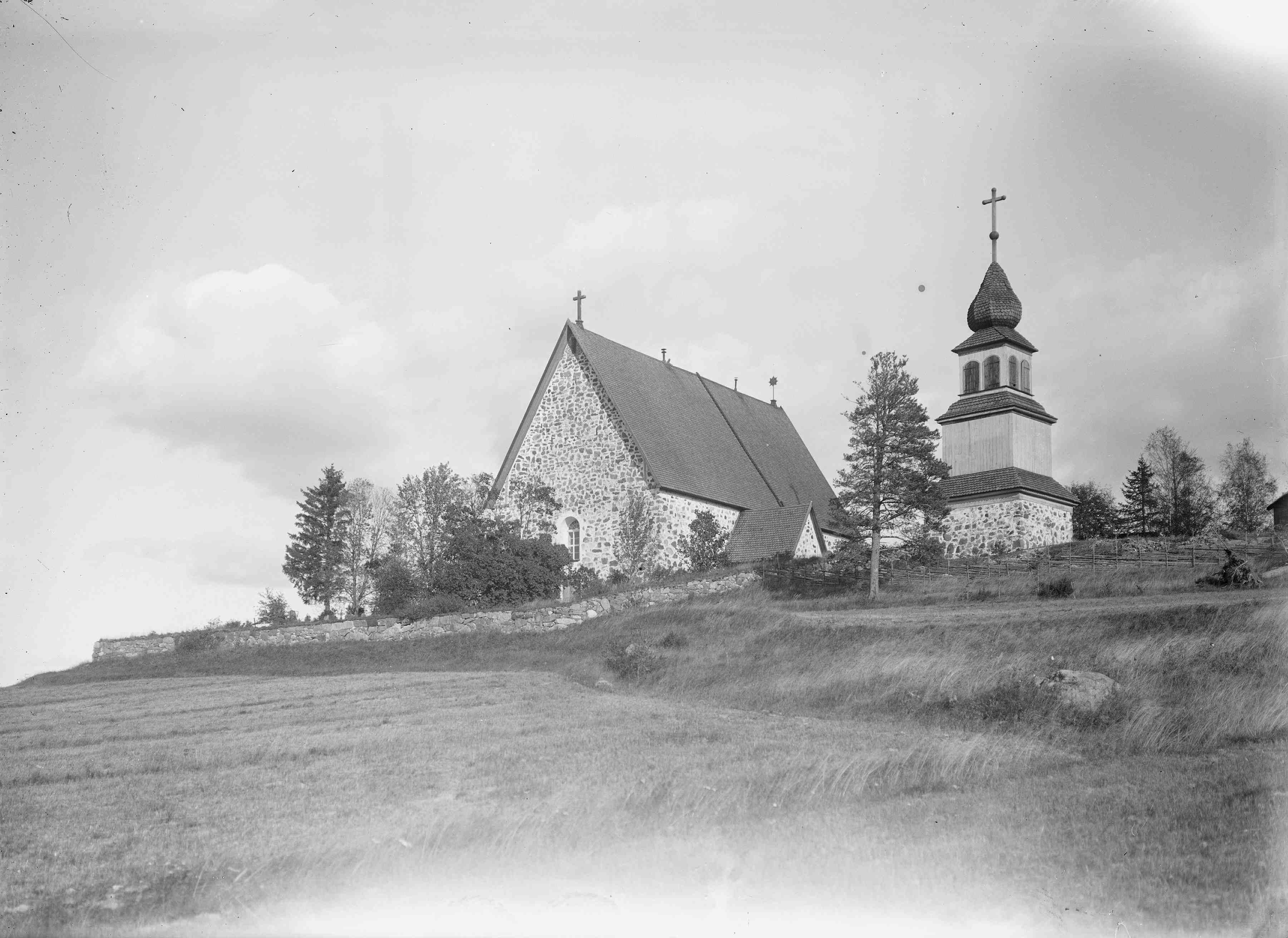 Karjaan keskiaikainen kirkko. (Museovirasto)