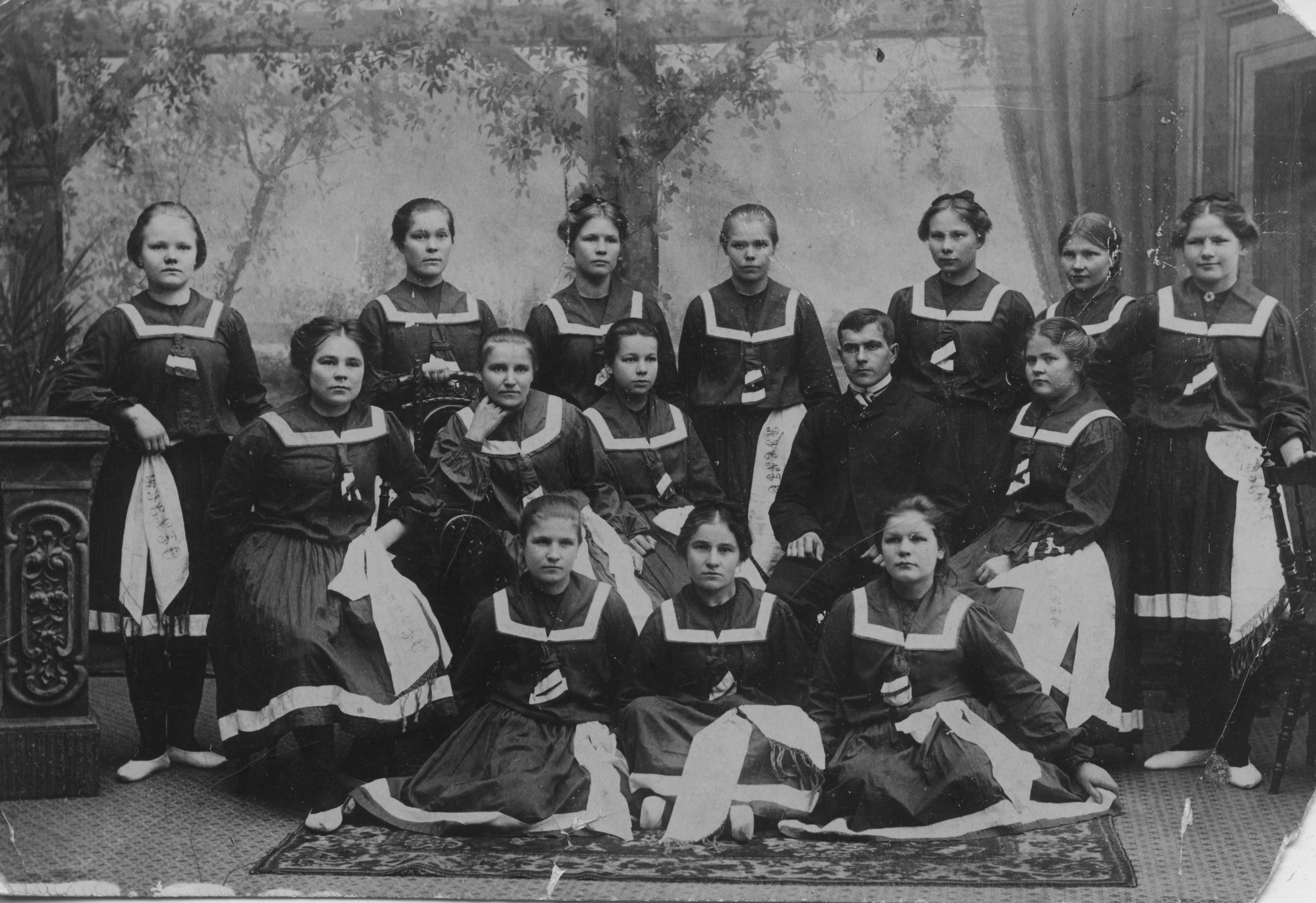 Kotka; Kotkan Sosialidemokraattisen Työväenyhdistys Riennon ensimmäiset naisvoimistelijat 1906. (Työväen Arkisto)