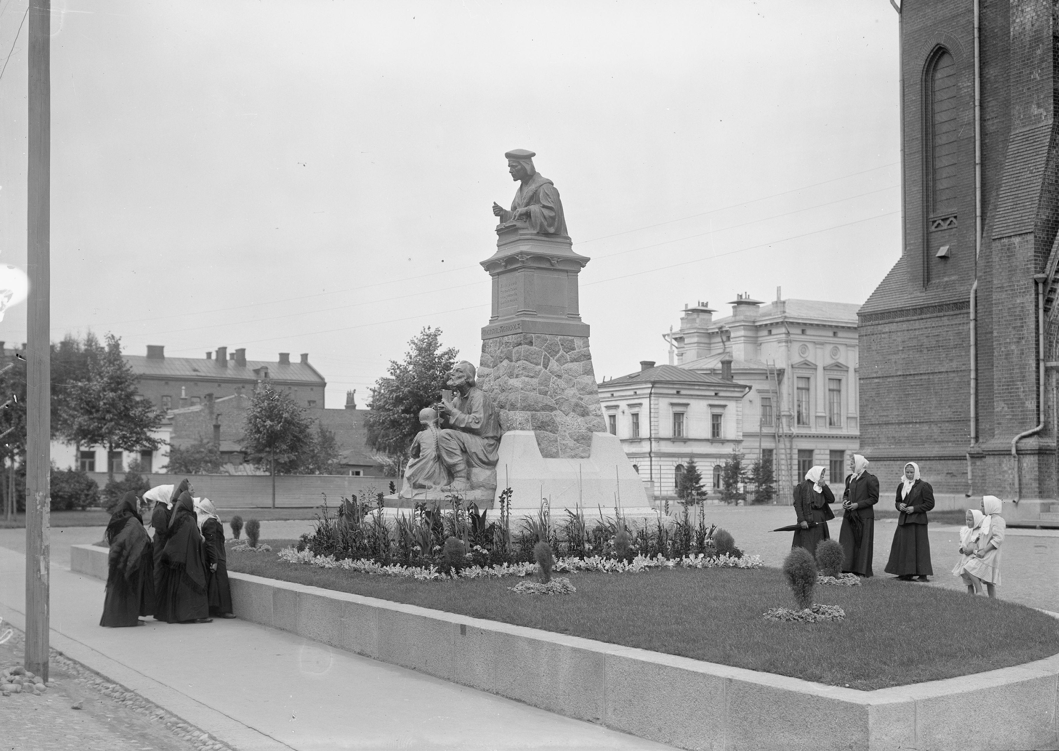 Mikael Agricolan patsas Viipurin tuomiokirkon edustalla 1908 otetussa kuvassa. (M. L. Carstens / Museovirasto)