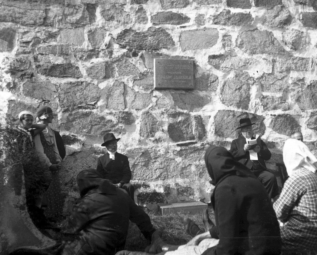 Rukoilevaisten hartaustilaisuus Kalannin kirkolla maailmansotien välillä. Pappismiehistä vasemmanpuolimainen on kappalainen Paavo O. Ekko ja oikealla on kirkkoherra Kaarlo Ernesti Aarnio. (Uudenkaupungin museo)