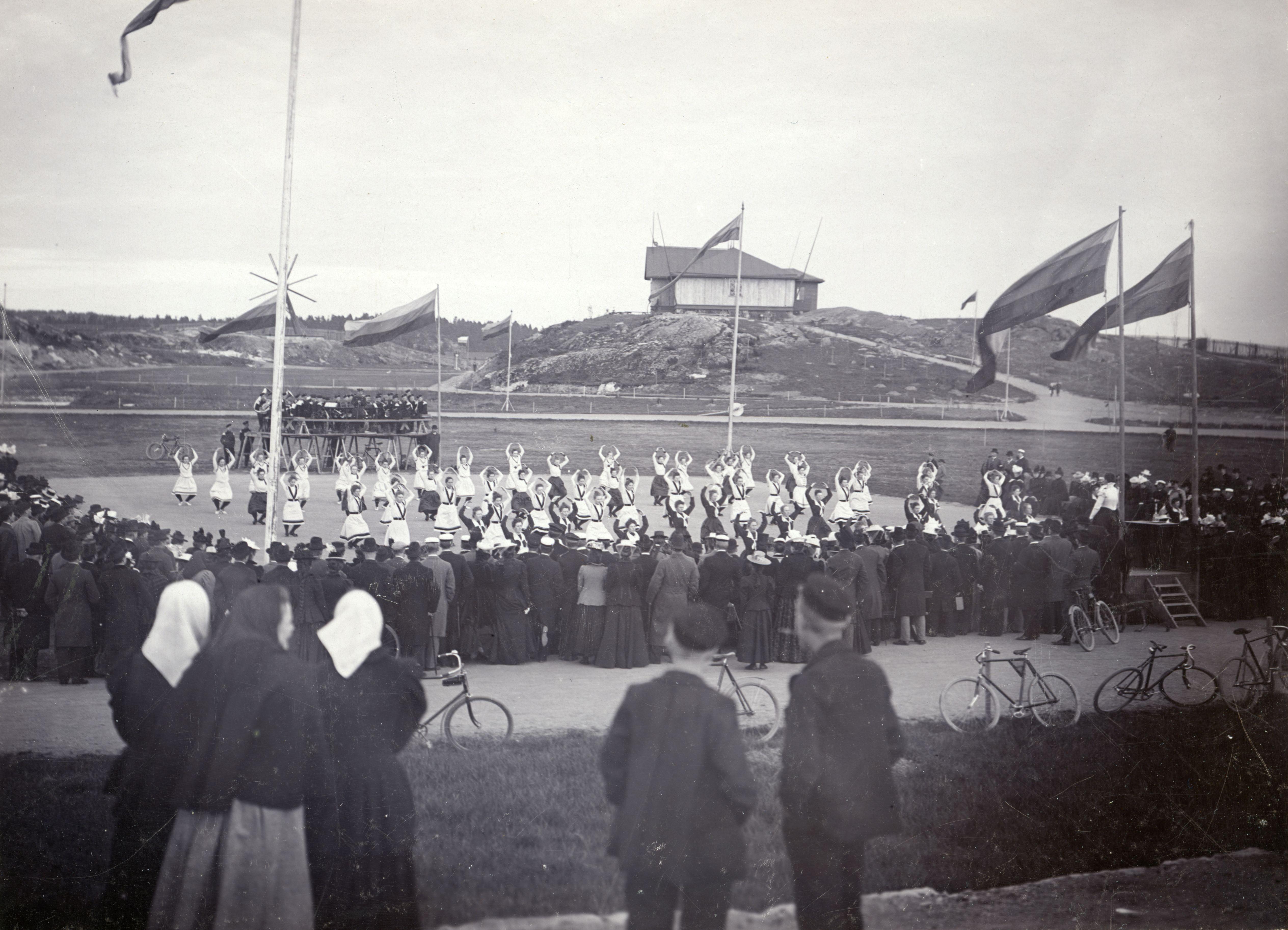 Naisvoimistelujuhla Turun Samppalinnassa 1899. (Suomen Urheilumuseo)