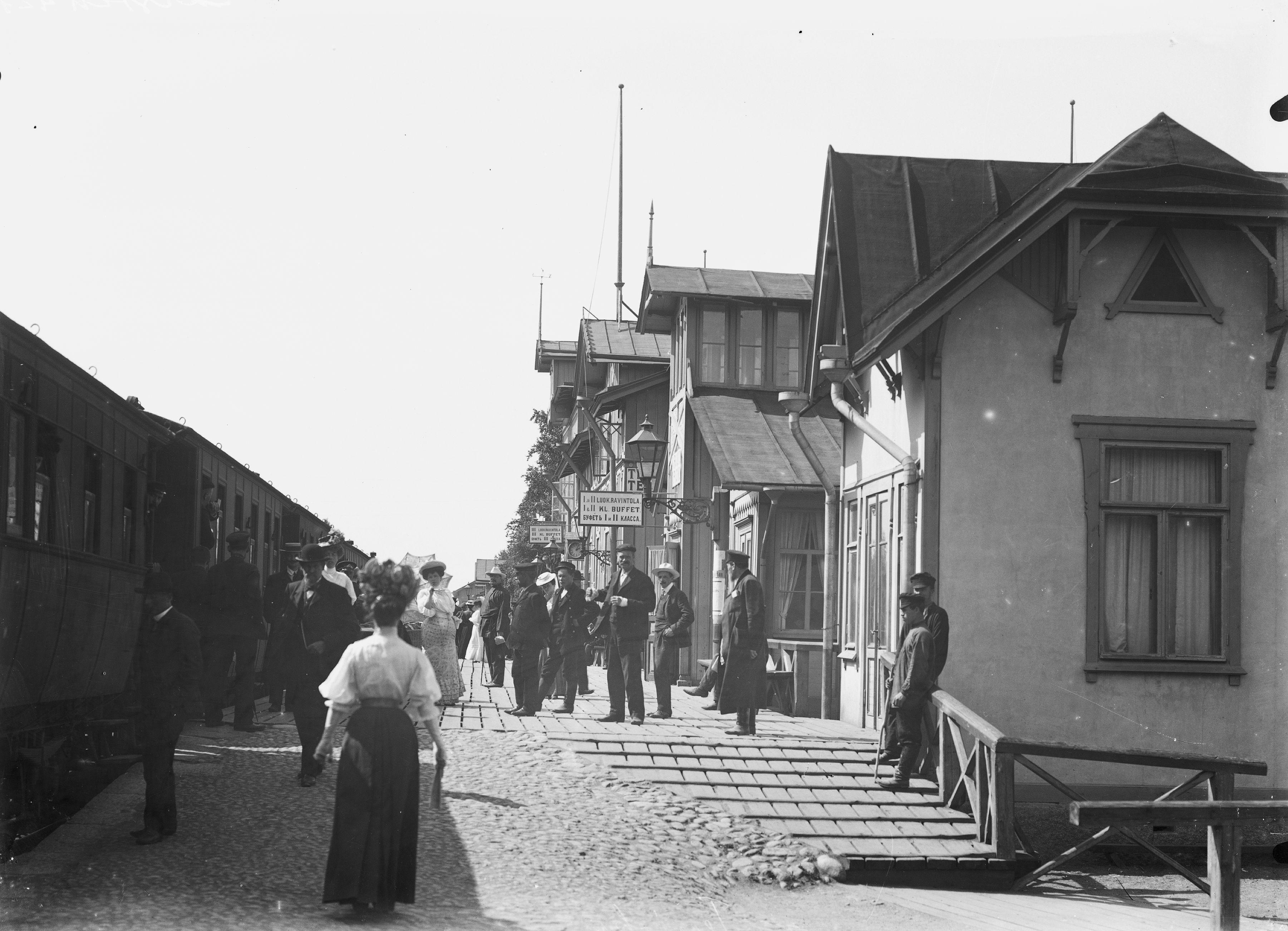 Terijoen asema vuosina 1907–1909 otetussa kuvassa. Terijoki oli vilkas kauttakulkupaikka Suomen ja Venäjän välillä. (M. L. Carstens / Museovirasto)