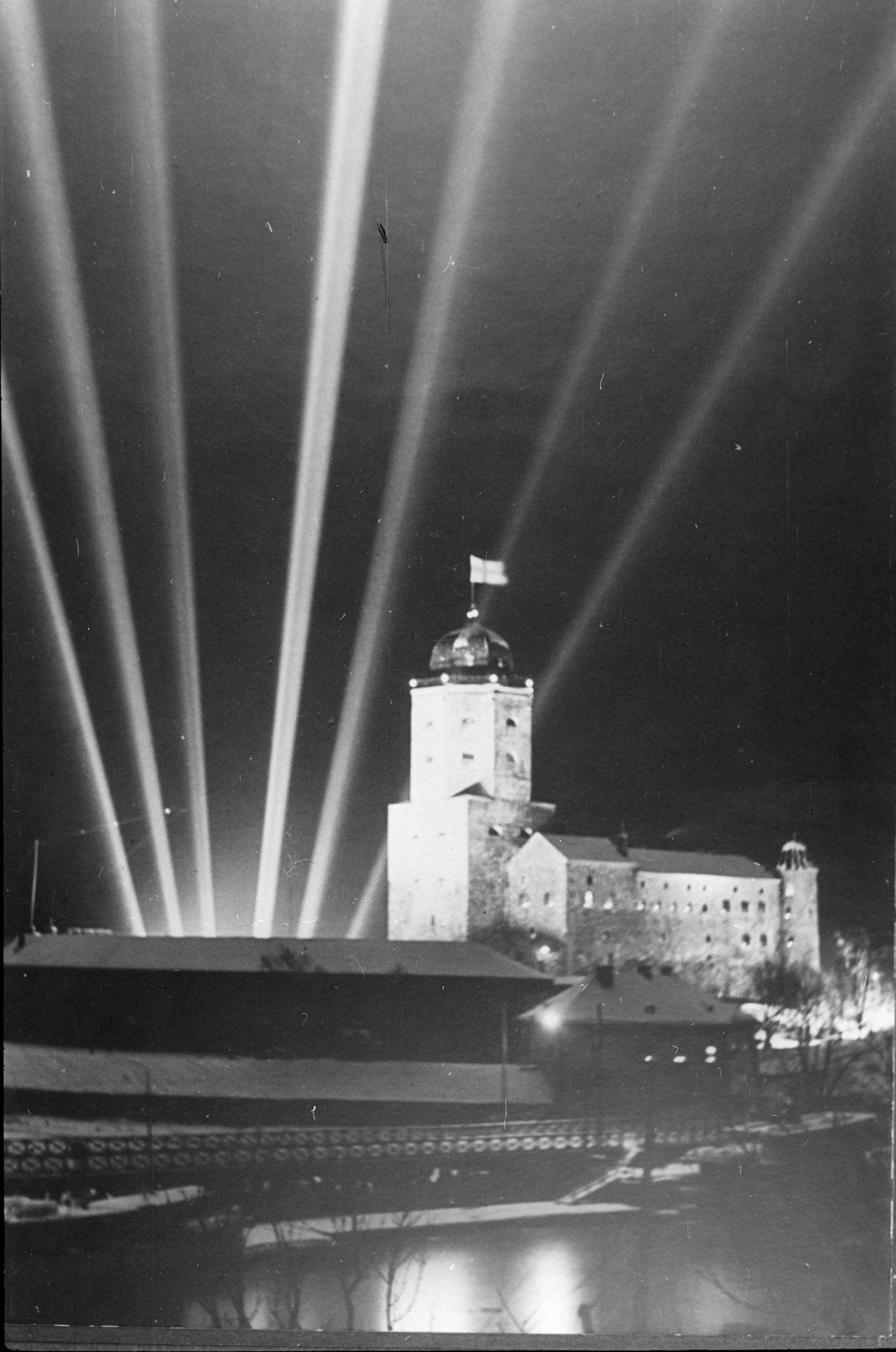 Viipurin linna juhlavalaistuksessa Suomen itsenäisyyden 20-vuotisjuhlan kunniaksi. (Paul Heribert Ukkonen / Museovirasto)