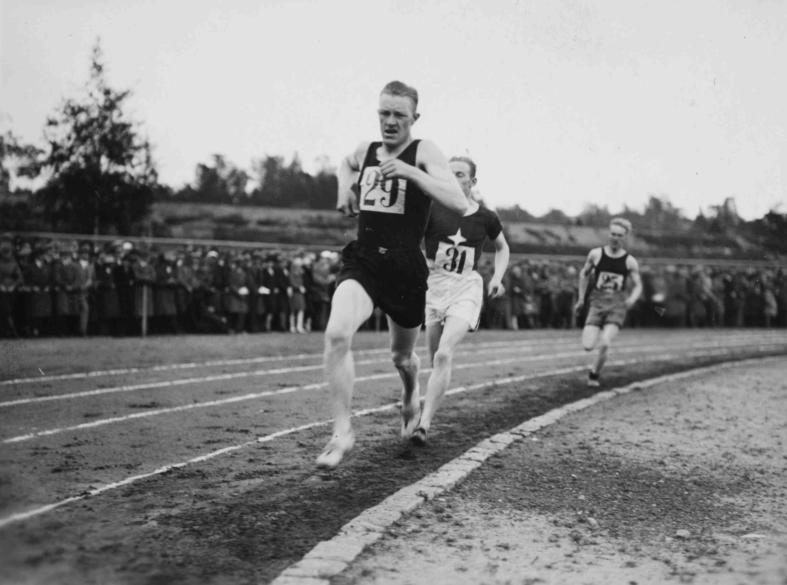 Harri Lagerström (etualalla) suomalaisti nimensä Amsterdamin olympiakisojen alla ja voitti kultaa Larvana. (Museovirasto)
