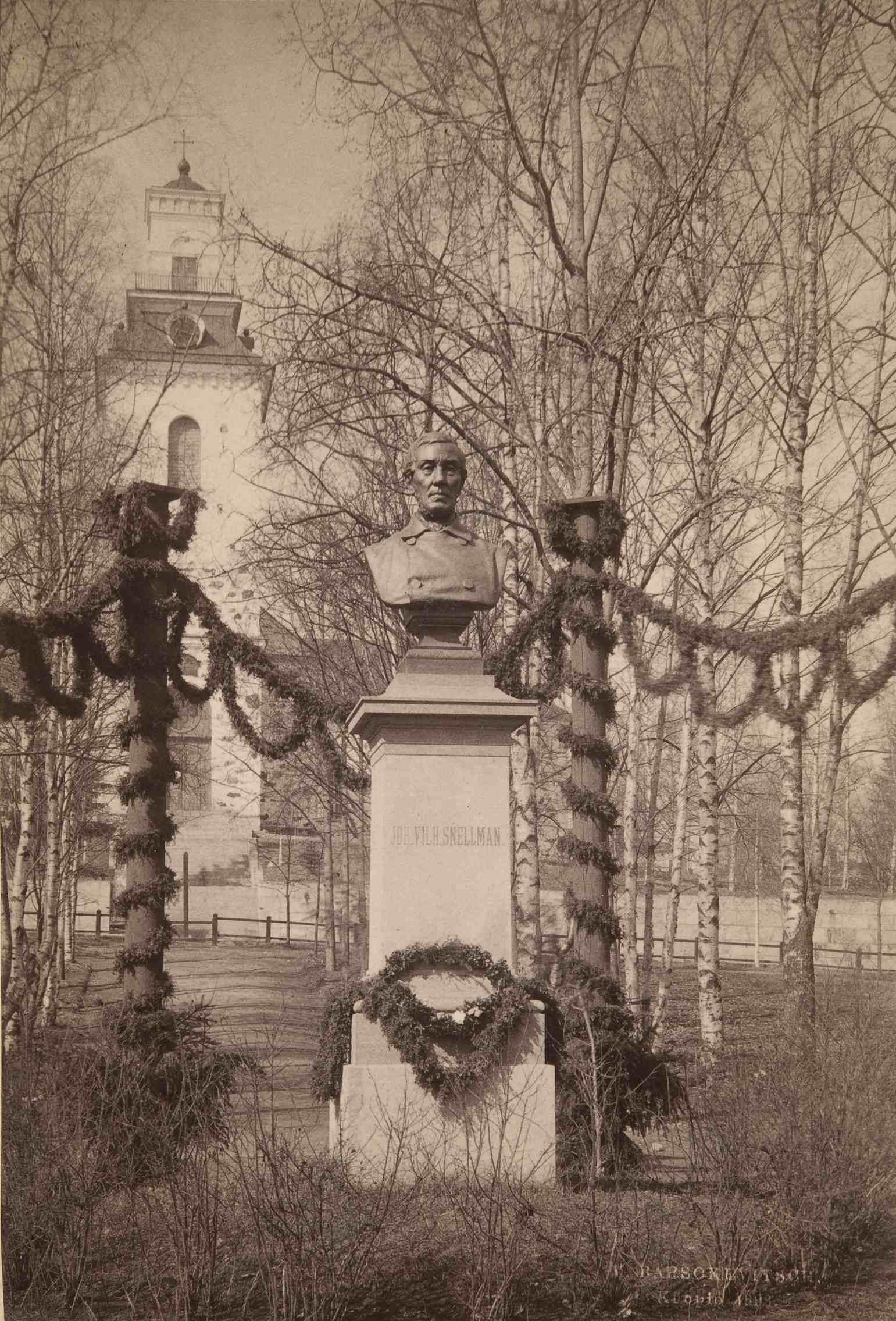 J. V. Snellmanin vuonna 1886 Kuopiossa paljastettu rintakuva on koko Sisä-Suomen vanhin julkinen veistos. Se sijaitsee Snellmaninpuistossa Kuopion tuomikirkon läheisyydessä. (Victor Barsokevitsch / Museovirasto)