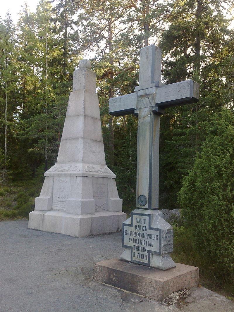 Riilahden taistelun kaksi muistomerkkiä, joista etualalla näkyvä on venäläisten ja taaempi suomalaisten pystyttämä.