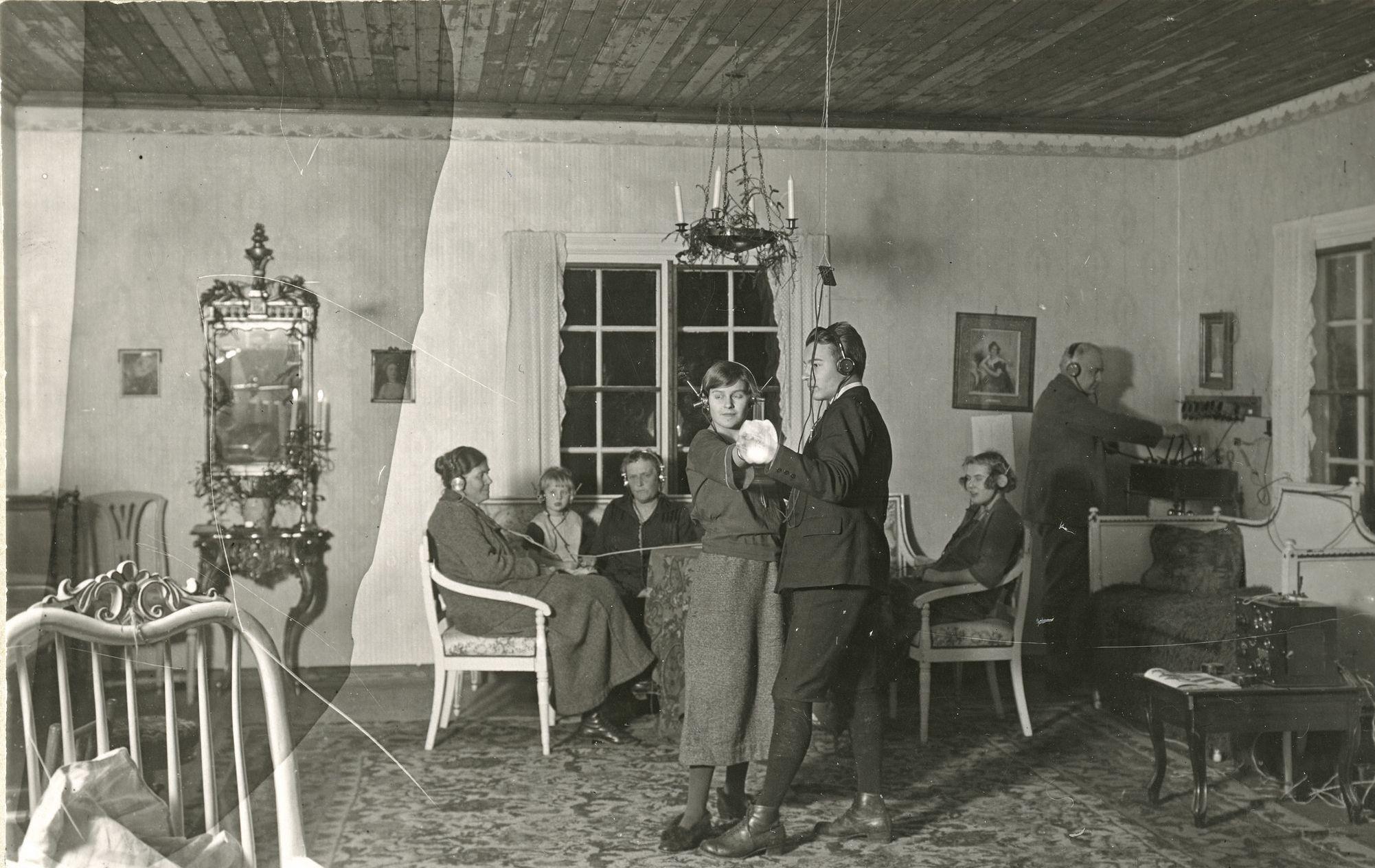 Radion kykenivät hankkimaan aluksi vain varakkaat suomalaiset. Radion kuuntelua Georg von Wendtin huvilalla Porvoon Emäsalossa 1920-luvulla. (Museovirasto)