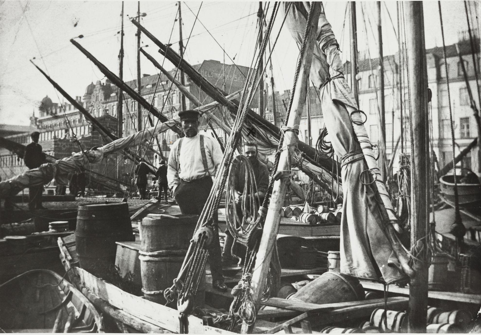 Suolakala kuului suomalaisten ruokavalioon 1920–1930-luvuilla. Kuva on otettu Helsingin vuoden 1927 silakkamarkkinoilta. (Museovirasto)