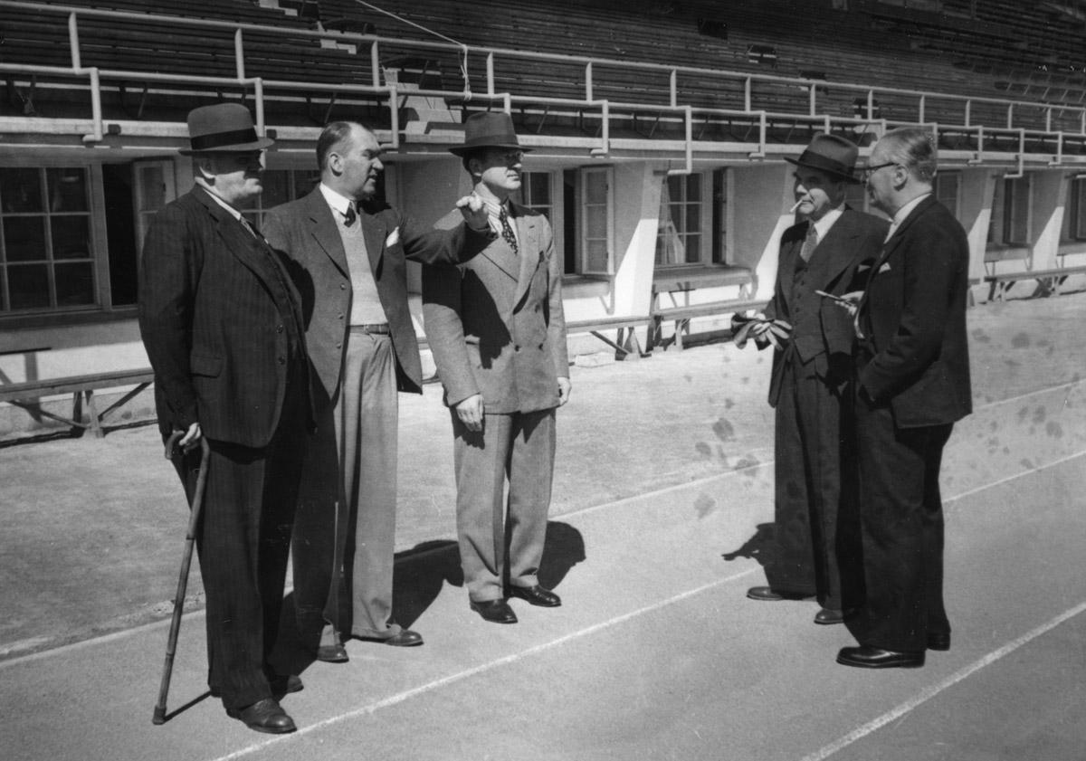 Erik von Frenckell (2. vas.) esitteli stadionia KOK:n jäsenille kesäkuussa 1939 Suomen olympiakomitean puheenjohtajan J. W. Rangellin (2. oik.) kanssa. (Suomen Urheilumuseo)