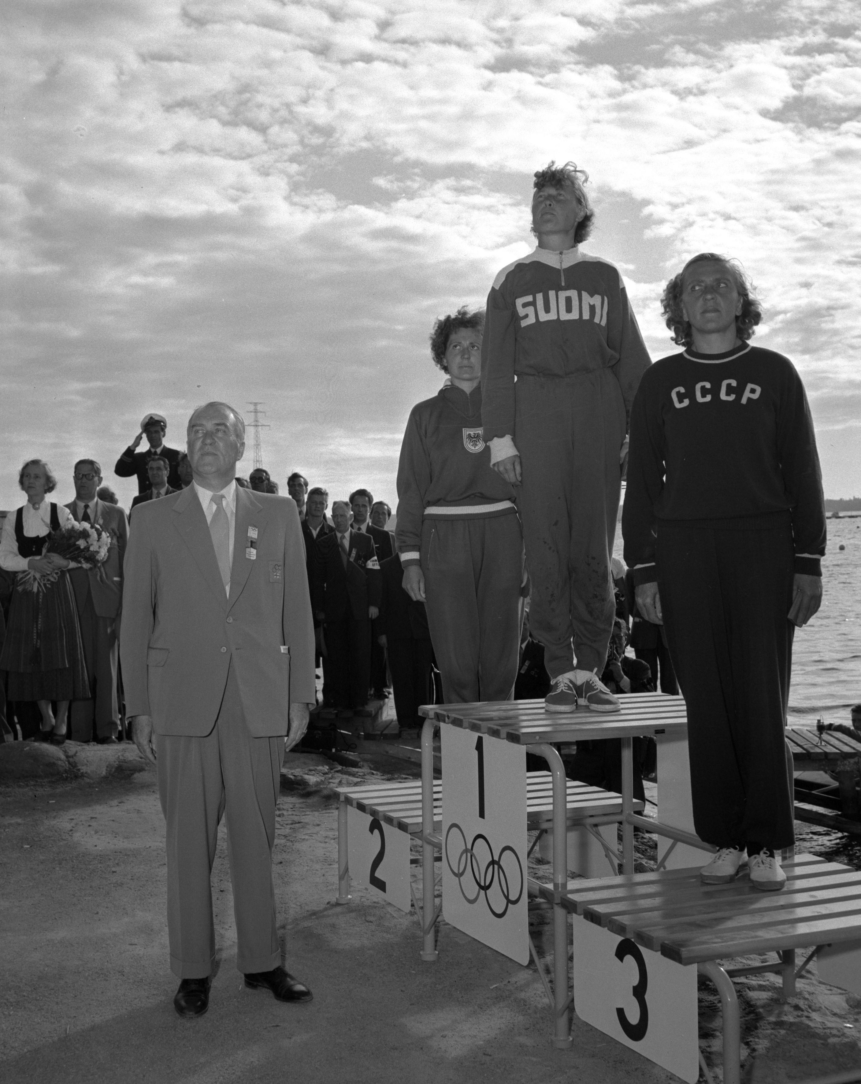 Sylvi Saimo voitti melonnan olympiakultaa Helsingissä 1952. Vertauskuvallisuuttaa lisäsi se, että Karjalan evakon voitti muun muassa kolmanneksi sijoittuneen neuvostourheilijan. (Suomen Urheilumuseo)